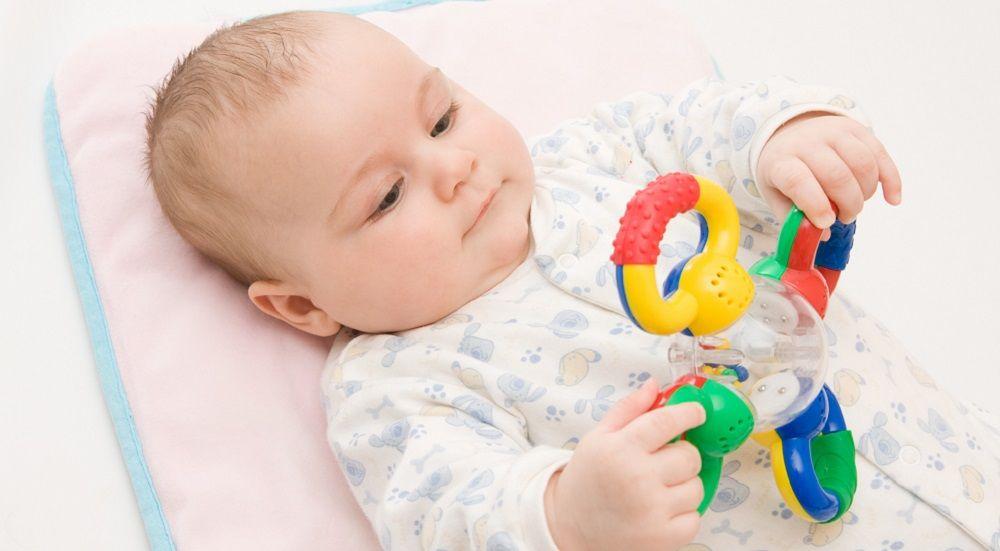 Bebé jugando en el área de cambiado