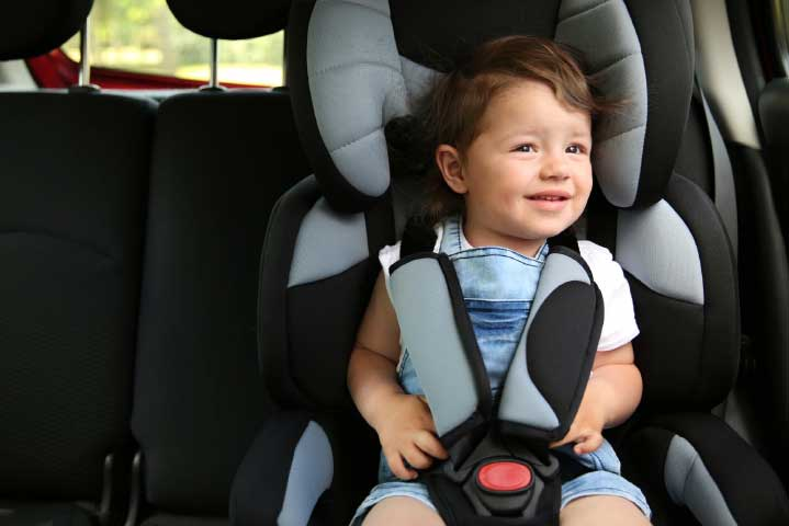 Bebé en butaca infantil para auto