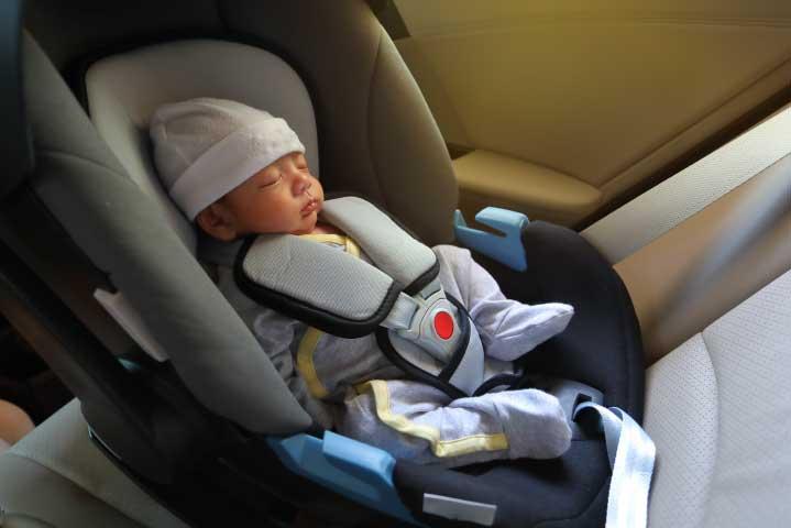 Bebé recien nacido en butaca infantil para el auto